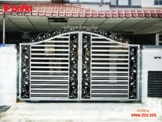 Mẫu cổng làm bằng sắt với độ cao và chiều rộng phù hợp phong thủy