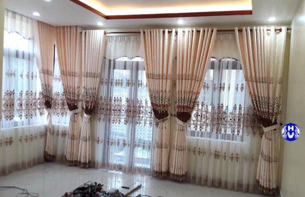 Một mẫu rèm cửa phòng khách hiện đại với tông vàng nhẹ nhàng